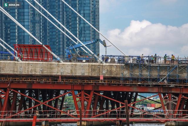 Cầu Thủ Thiêm 2 vươn mình ra sông Sài Gòn, lộ hình dáng khi nhìn từ trên cao - Ảnh 4.