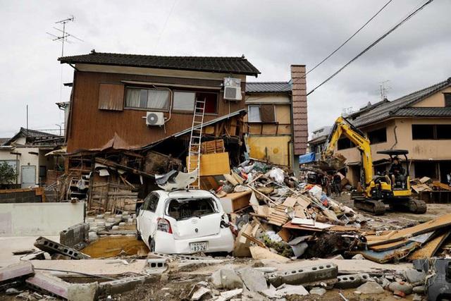 Chùm ảnh: Nhật Bản tan hoang khi lũ lớn càn quét giữa thời điểm bóng ma của đại dịch Covid-19 vẫn đang hiện diện - Ảnh 6.