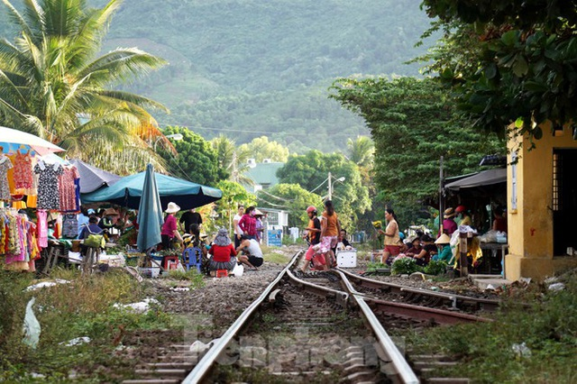 Bất chấp nguy hiểm, người dân vô tư họp chợ trên đường sắt - Ảnh 1.