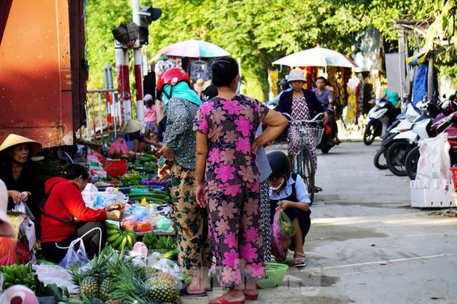 Bất chấp nguy hiểm, người dân vô tư họp chợ trên đường sắt - Ảnh 2.