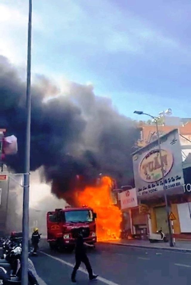 Cửa hàng thời trang Hàn Quốc cháy kinh hoàng giữa trung tâm TP Huế - Ảnh 1.