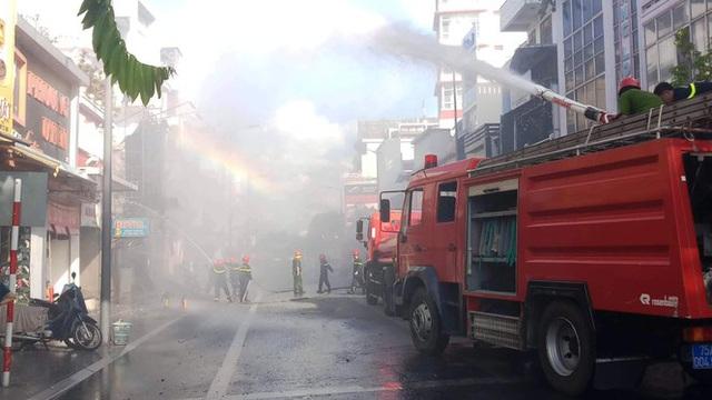 Cửa hàng thời trang Hàn Quốc cháy kinh hoàng giữa trung tâm TP Huế - Ảnh 2.