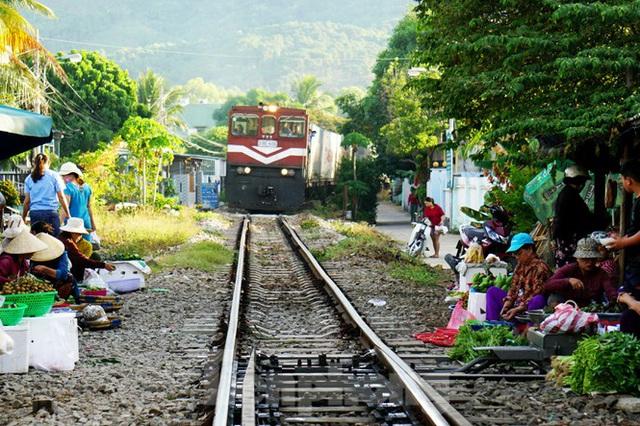 Bất chấp nguy hiểm, người dân vô tư họp chợ trên đường sắt - Ảnh 3.