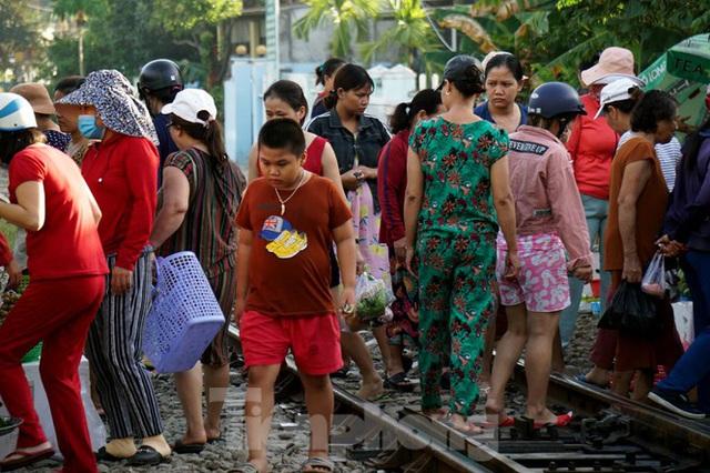 Bất chấp nguy hiểm, người dân vô tư họp chợ trên đường sắt - Ảnh 4.
