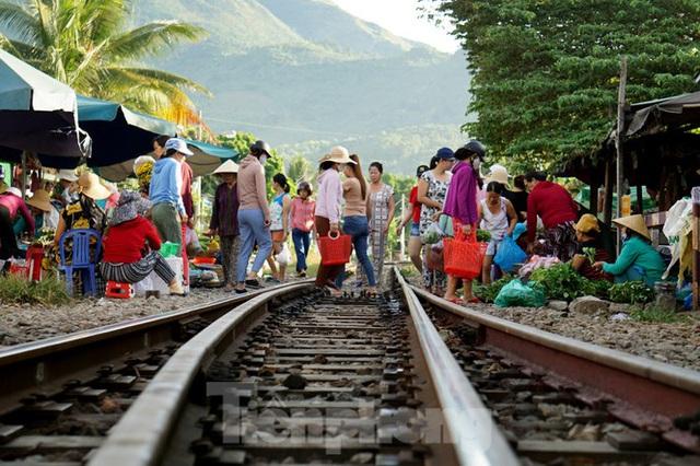 Bất chấp nguy hiểm, người dân vô tư họp chợ trên đường sắt - Ảnh 5.