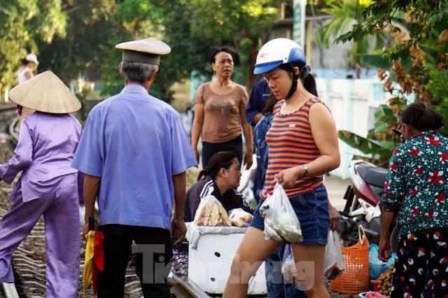 Bất chấp nguy hiểm, người dân vô tư họp chợ trên đường sắt - Ảnh 6.