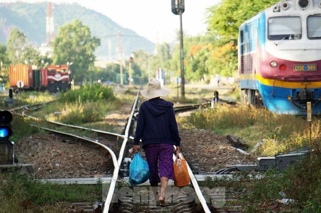 Bất chấp nguy hiểm, người dân vô tư họp chợ trên đường sắt - Ảnh 7.