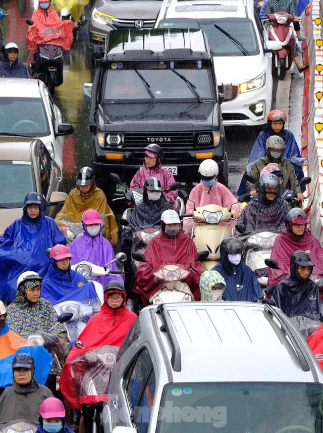 Vật vã vượt biển người tới công sở dưới cơn mưa Hà thành - Ảnh 2.