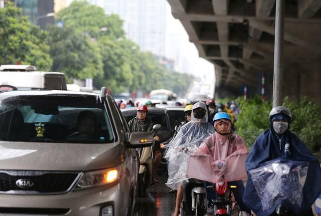 Vật vã vượt biển người tới công sở dưới cơn mưa Hà thành - Ảnh 14.