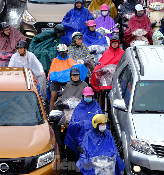 Vật vã vượt biển người tới công sở dưới cơn mưa Hà thành - Ảnh 3.