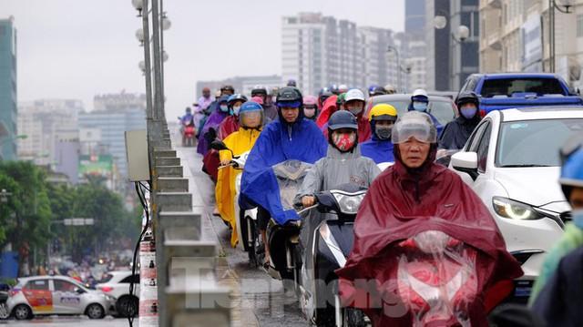 Vật vã vượt biển người tới công sở dưới cơn mưa Hà thành - Ảnh 5.