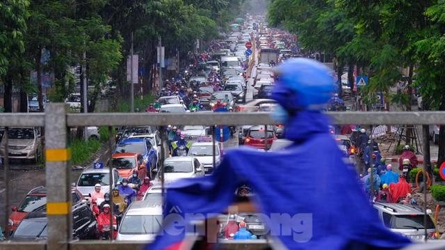 Vật vã vượt biển người tới công sở dưới cơn mưa Hà thành - Ảnh 6.