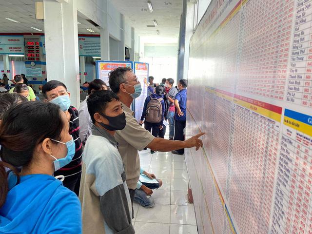 Ngày đầu bán vé Tết Tân Sửu 2021: Ga Sài Gòn vắng khách vì hàng chục nghìn người đã mua vé qua mạng - Ảnh 6.