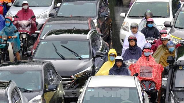 Vật vã vượt biển người tới công sở dưới cơn mưa Hà thành - Ảnh 8.