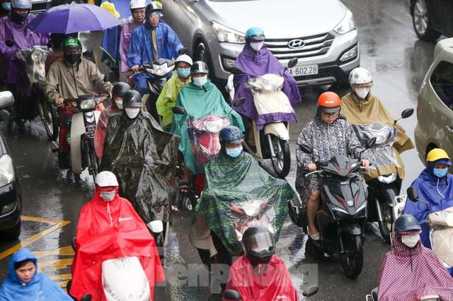 Vật vã vượt biển người tới công sở dưới cơn mưa Hà thành - Ảnh 9.