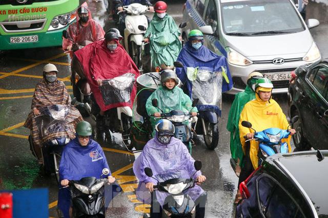 Vật vã vượt biển người tới công sở dưới cơn mưa Hà thành - Ảnh 10.