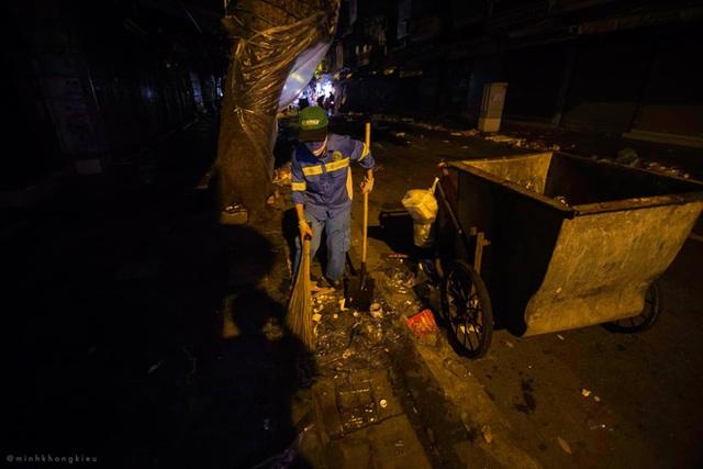 """Dòng người nô nức đi chơi Trung thu để lại """"biển rác"""" khổng lồ giữa lòng Hà Nội, cô lao công dọn đến 3h sáng mới xong - Ảnh 10."""