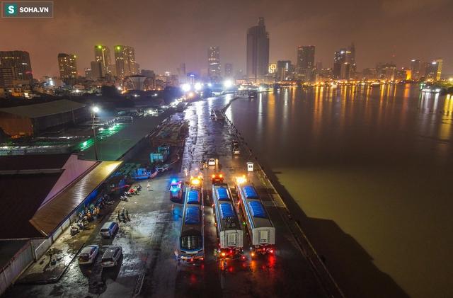 Xe cảnh sát xuyên đêm dẫn 3 toa tàu metro về depot Long Bình, trăm người Sài Gòn tò mò theo dõi - Ảnh 1.