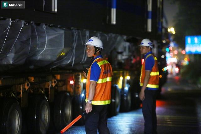 Xe cảnh sát xuyên đêm dẫn 3 toa tàu metro về depot Long Bình, trăm người Sài Gòn tò mò theo dõi - Ảnh 2.