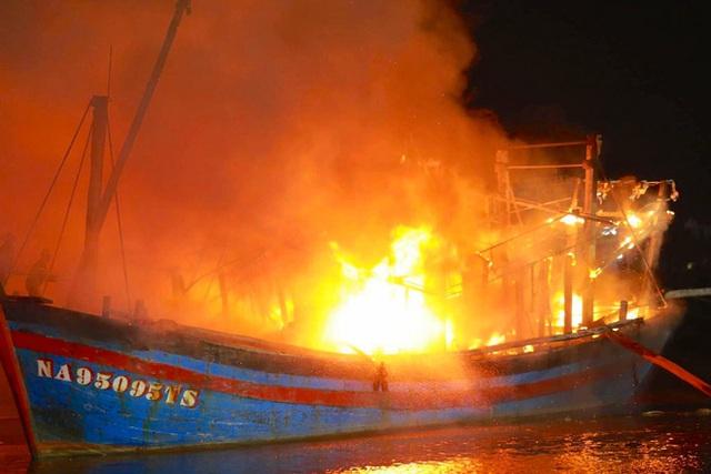 Toàn cảnh hiện trường vụ cháy 4 tàu cá chuẩn bị ra khơi, thiệt hại cả chục tỷ đồng - Ảnh 1.