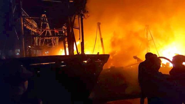Toàn cảnh hiện trường vụ cháy 4 tàu cá chuẩn bị ra khơi, thiệt hại cả chục tỷ đồng - Ảnh 2.