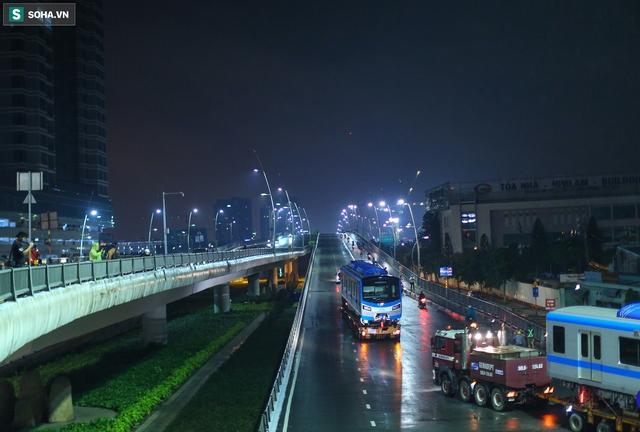 Xe cảnh sát xuyên đêm dẫn 3 toa tàu metro về depot Long Bình, trăm người Sài Gòn tò mò theo dõi - Ảnh 11.