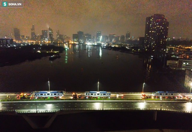 Xe cảnh sát xuyên đêm dẫn 3 toa tàu metro về depot Long Bình, trăm người Sài Gòn tò mò theo dõi - Ảnh 12.