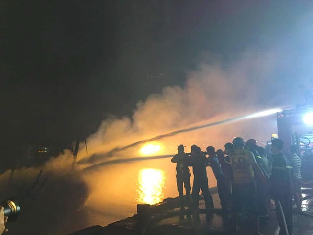 Toàn cảnh hiện trường vụ cháy 4 tàu cá chuẩn bị ra khơi, thiệt hại cả chục tỷ đồng - Ảnh 12.