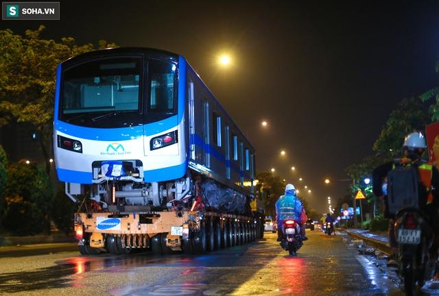 Xe cảnh sát xuyên đêm dẫn 3 toa tàu metro về depot Long Bình, trăm người Sài Gòn tò mò theo dõi - Ảnh 13.