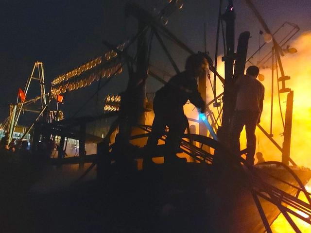 Toàn cảnh hiện trường vụ cháy 4 tàu cá chuẩn bị ra khơi, thiệt hại cả chục tỷ đồng - Ảnh 14.