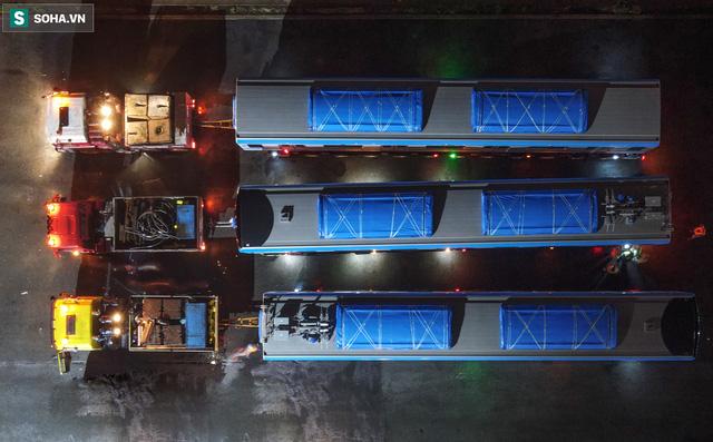 Xe cảnh sát xuyên đêm dẫn 3 toa tàu metro về depot Long Bình, trăm người Sài Gòn tò mò theo dõi - Ảnh 15.
