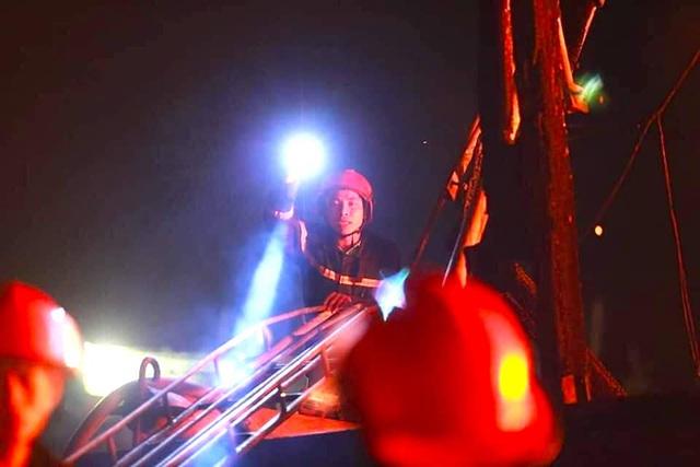 Toàn cảnh hiện trường vụ cháy 4 tàu cá chuẩn bị ra khơi, thiệt hại cả chục tỷ đồng - Ảnh 15.