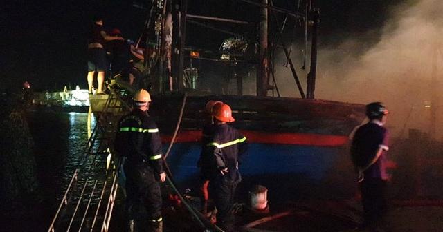 Toàn cảnh hiện trường vụ cháy 4 tàu cá chuẩn bị ra khơi, thiệt hại cả chục tỷ đồng - Ảnh 16.