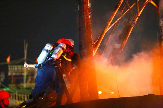 Toàn cảnh hiện trường vụ cháy 4 tàu cá chuẩn bị ra khơi, thiệt hại cả chục tỷ đồng - Ảnh 18.