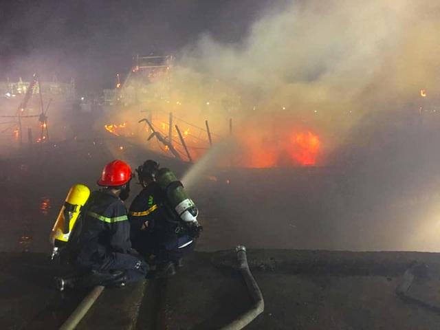 Toàn cảnh hiện trường vụ cháy 4 tàu cá chuẩn bị ra khơi, thiệt hại cả chục tỷ đồng - Ảnh 19.