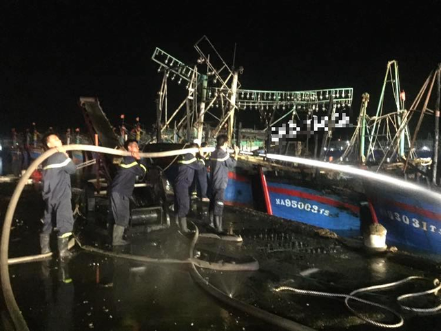 Toàn cảnh hiện trường vụ cháy 4 tàu cá chuẩn bị ra khơi, thiệt hại cả chục tỷ đồng - Ảnh 20.