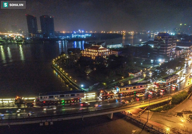 Xe cảnh sát xuyên đêm dẫn 3 toa tàu metro về depot Long Bình, trăm người Sài Gòn tò mò theo dõi - Ảnh 3.