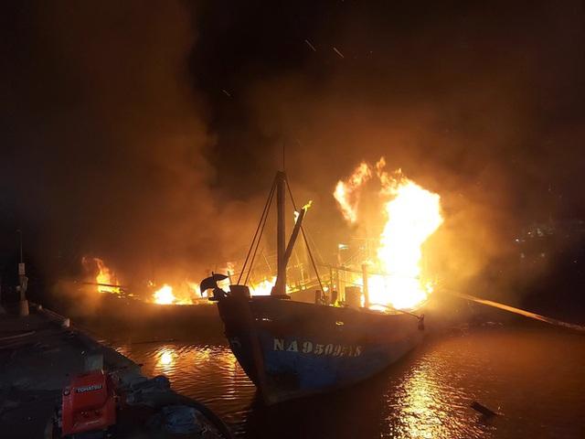 Toàn cảnh hiện trường vụ cháy 4 tàu cá chuẩn bị ra khơi, thiệt hại cả chục tỷ đồng - Ảnh 3.