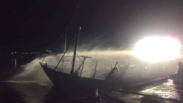 Toàn cảnh hiện trường vụ cháy 4 tàu cá chuẩn bị ra khơi, thiệt hại cả chục tỷ đồng - Ảnh 21.