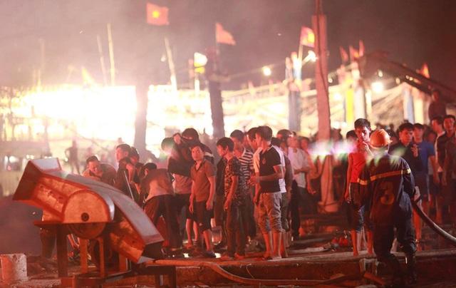 Toàn cảnh hiện trường vụ cháy 4 tàu cá chuẩn bị ra khơi, thiệt hại cả chục tỷ đồng - Ảnh 22.