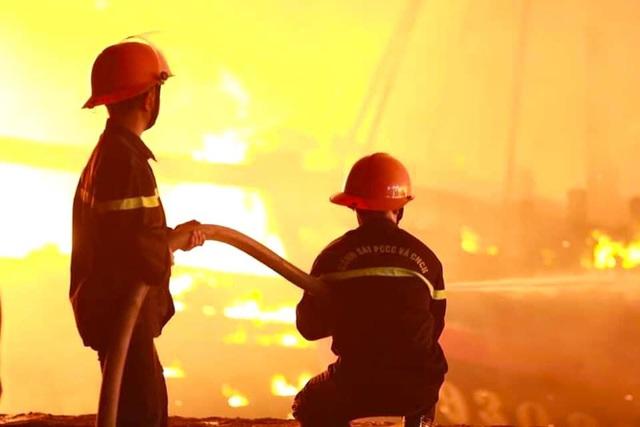 Toàn cảnh hiện trường vụ cháy 4 tàu cá chuẩn bị ra khơi, thiệt hại cả chục tỷ đồng - Ảnh 23.