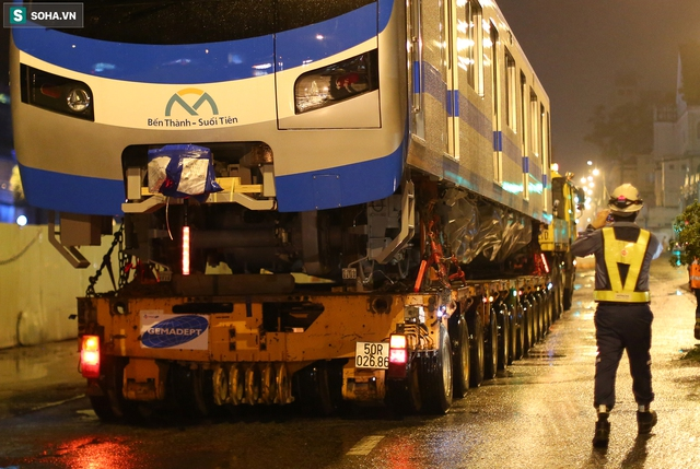 Xe cảnh sát xuyên đêm dẫn 3 toa tàu metro về depot Long Bình, trăm người Sài Gòn tò mò theo dõi - Ảnh 4.
