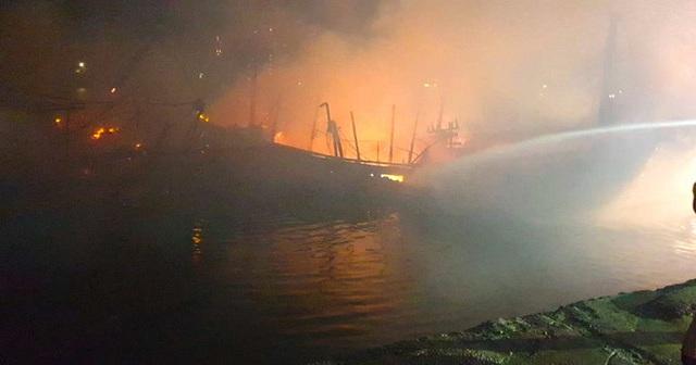 Toàn cảnh hiện trường vụ cháy 4 tàu cá chuẩn bị ra khơi, thiệt hại cả chục tỷ đồng - Ảnh 4.