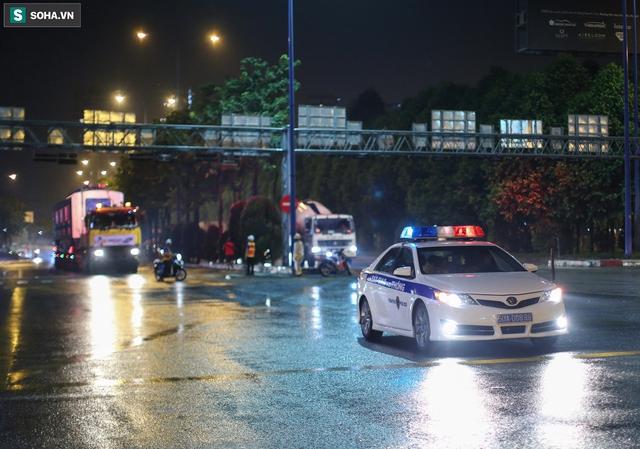 Xe cảnh sát xuyên đêm dẫn 3 toa tàu metro về depot Long Bình, trăm người Sài Gòn tò mò theo dõi - Ảnh 5.