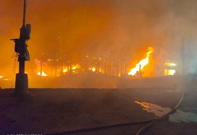 Toàn cảnh hiện trường vụ cháy 4 tàu cá chuẩn bị ra khơi, thiệt hại cả chục tỷ đồng - Ảnh 5.