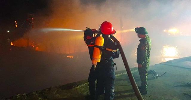 Toàn cảnh hiện trường vụ cháy 4 tàu cá chuẩn bị ra khơi, thiệt hại cả chục tỷ đồng - Ảnh 6.