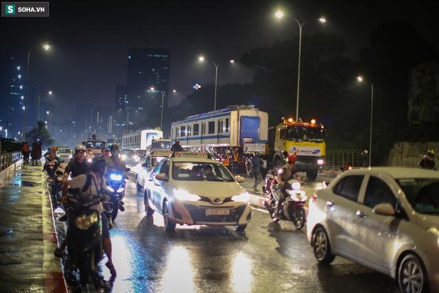 Xe cảnh sát xuyên đêm dẫn 3 toa tàu metro về depot Long Bình, trăm người Sài Gòn tò mò theo dõi - Ảnh 8.