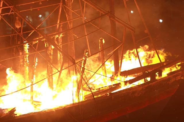 Toàn cảnh hiện trường vụ cháy 4 tàu cá chuẩn bị ra khơi, thiệt hại cả chục tỷ đồng - Ảnh 8.