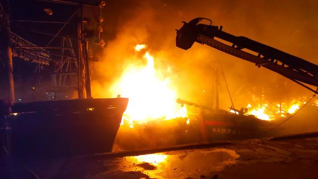 Toàn cảnh hiện trường vụ cháy 4 tàu cá chuẩn bị ra khơi, thiệt hại cả chục tỷ đồng - Ảnh 9.