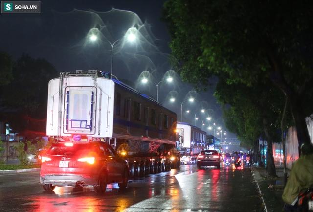 Xe cảnh sát xuyên đêm dẫn 3 toa tàu metro về depot Long Bình, trăm người Sài Gòn tò mò theo dõi - Ảnh 10.